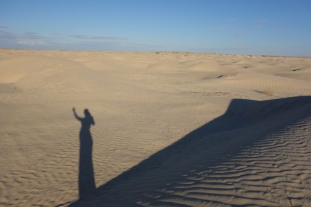 Le rêve de dunes d'une curieuse voyageuse